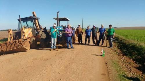 Prefeito em exercício Luiz Baroni acompanhou os trabalhos de recuperação das estradas no interior.