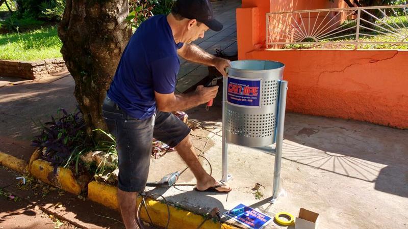 Prefeitura instala novas lixeiras no município