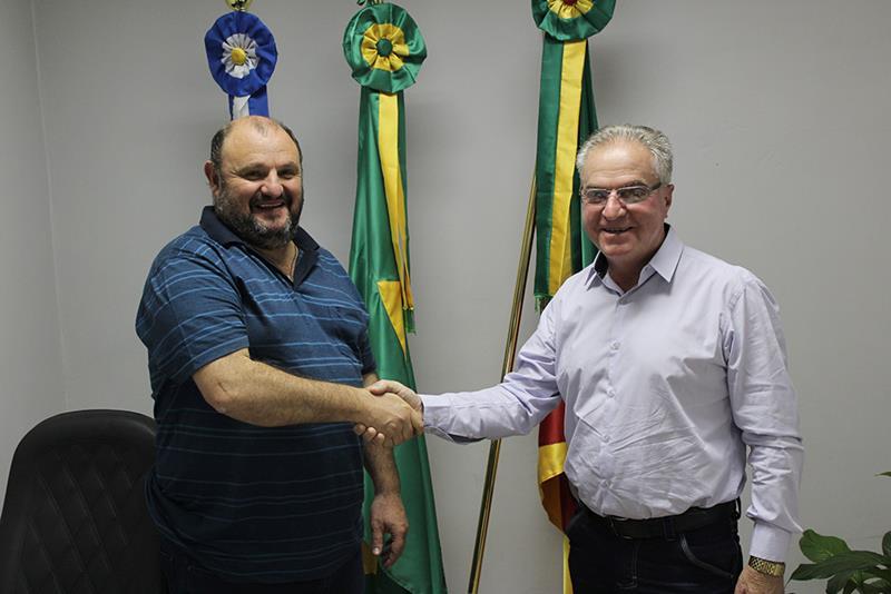 Prefeito transmite o cargo ao Presidente da Câmara de Vereadores