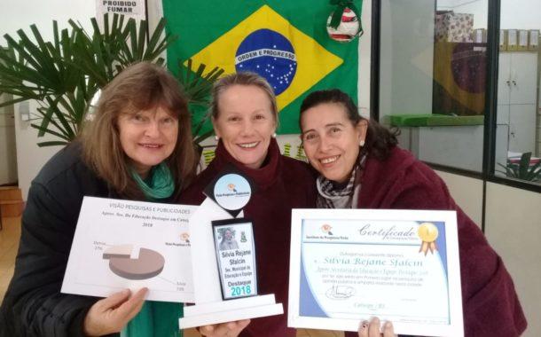 Secretária de Educação recebe troféu destaque