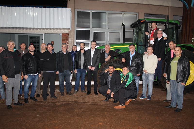 Administração Municipal recebe trator agrícola