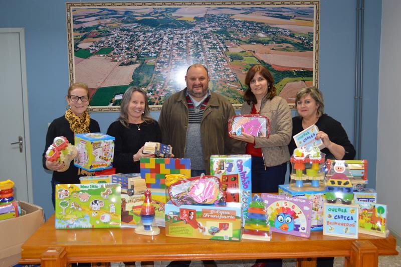 Administração Municipal entrega brinquedos pedagógicos para as EMEIS
