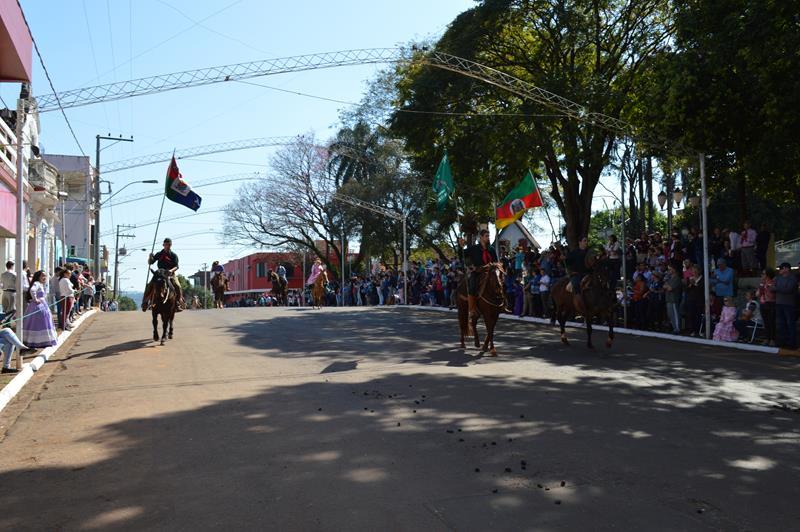 Confira as imagens do Desfile do CTG Tropeiros do Rio Branco