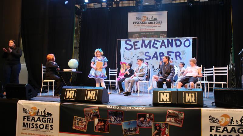 Grupo Teatral da Escola Girassol é Destaque na 9ª FEAAGRI em Santo Ângelo