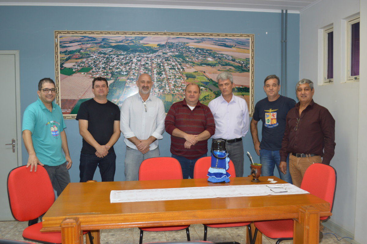 REUNIÃO PREVÊ AQUISIÇÃO DE MOTONIVELADORA PARA O MUNICÍPIO DE CATUÍPE