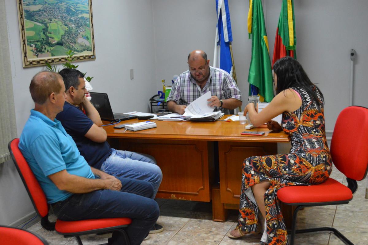 PREFEITO MUNICIPAL DE CATUÍPE RECEBE VISITA DE REPRESENTANTES DA CORSAN